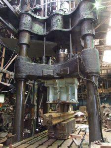 600トン4本柱プレス機
